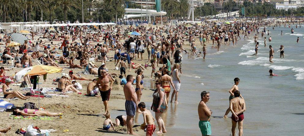 Foto: Miles de turistas disfrutan de una soleada jornada en la playa del Postiguet de Alicante. (EFE)