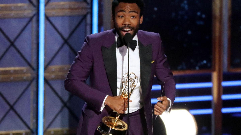 Donald Glover, con uno de los dos Emmys que ganó anoche. (Reuters)