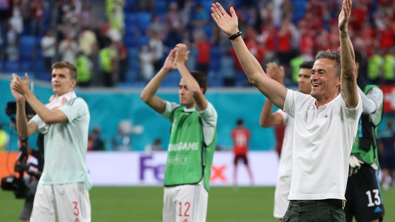 Luis Enrique y los jugadores saludan a los aficionados tras eliminar a Suiza. (EFE)