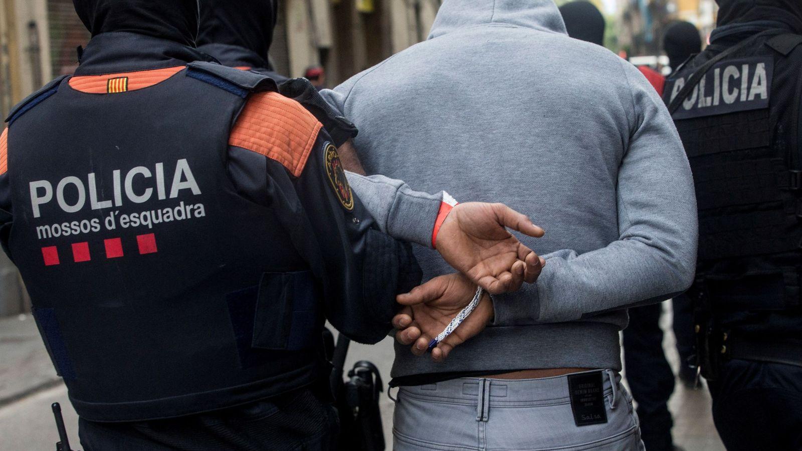 Foto: Imagen de archivo de una detención efectuada por los Mossos d'Esquadra. (Efe)