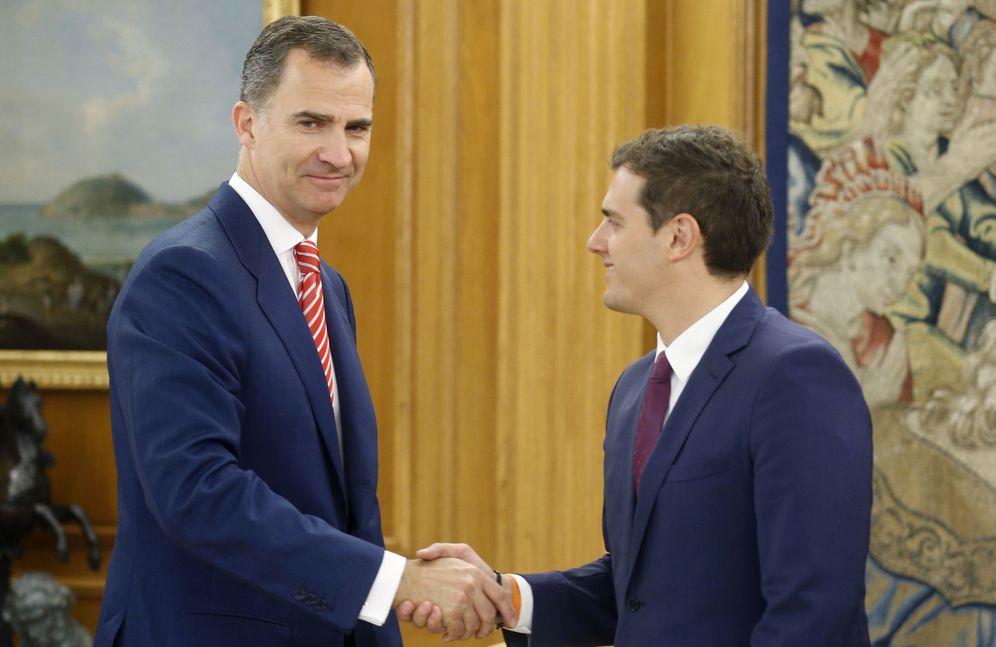 Foto: El Rey ha recibido esta mañana en el Palacio de la Zarzuela al presidente de Ciudadanos, Albert Rivera, en la tercera jornada de su nueva ronda de consultas. (EFE)