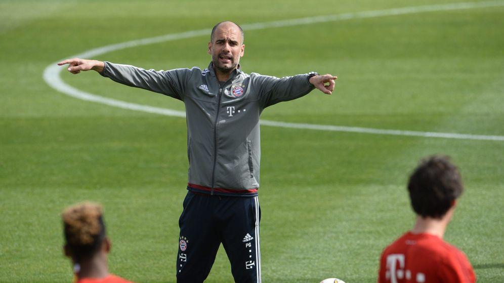 Foto: Pep Guardiola, dando indicaciones a sus jugadores durante un entrenamiento (Efe).