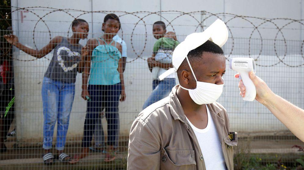 Foto: Un test del coronavirus a un ciudadano de Sudáfrica (REUTERS)