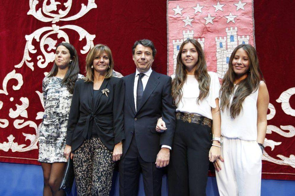 Foto: Ignacio González y Lourdes Cavero con sus hijas Lourdes, Patricia y Rocío. (EFE)
