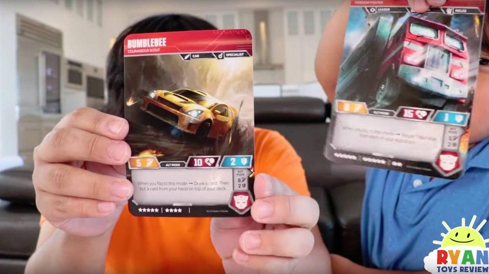 Foto: Ryan, haciendo la review de unas cartas de Transformers junto a su padre. (CC)