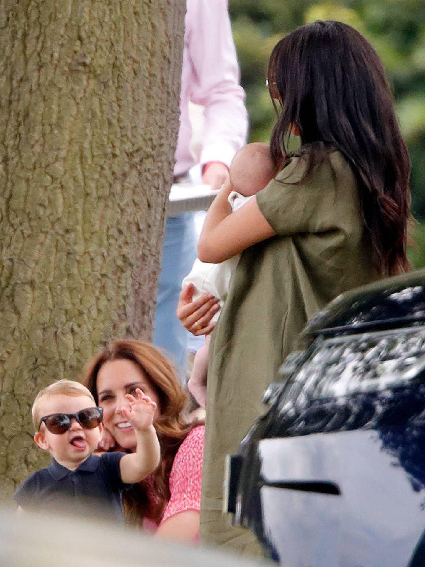 Kate Middleton y Louis, frente a Meghan y Archie. (Getty)
