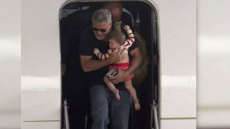 George Clooney, con uno de sus hijos. (Bunte)