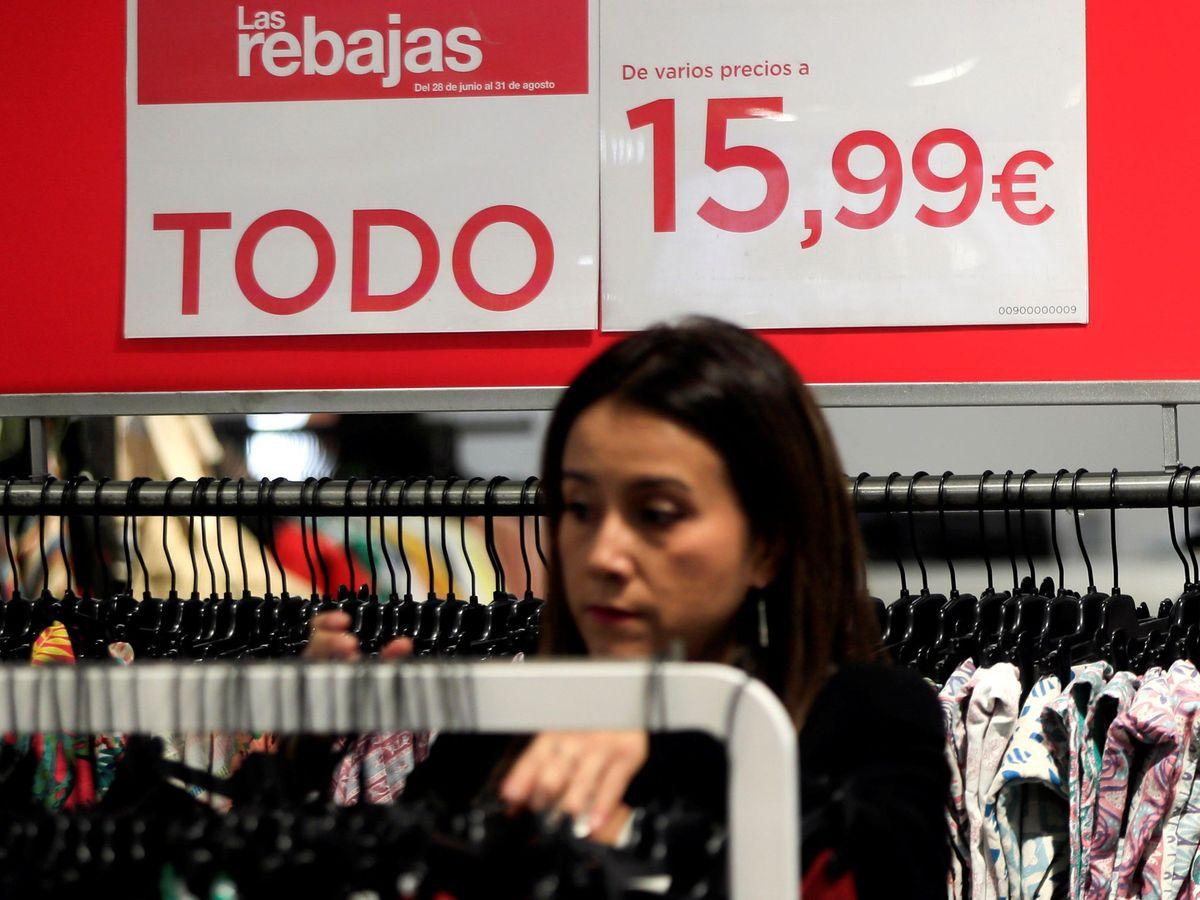 Foto: Una mujer compra en las rebajas. (Efe)