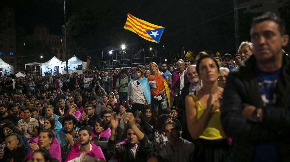 Foto: Cientos de personas se congregaron la noche del domingo en la plaza de Cataluña. (EFE)