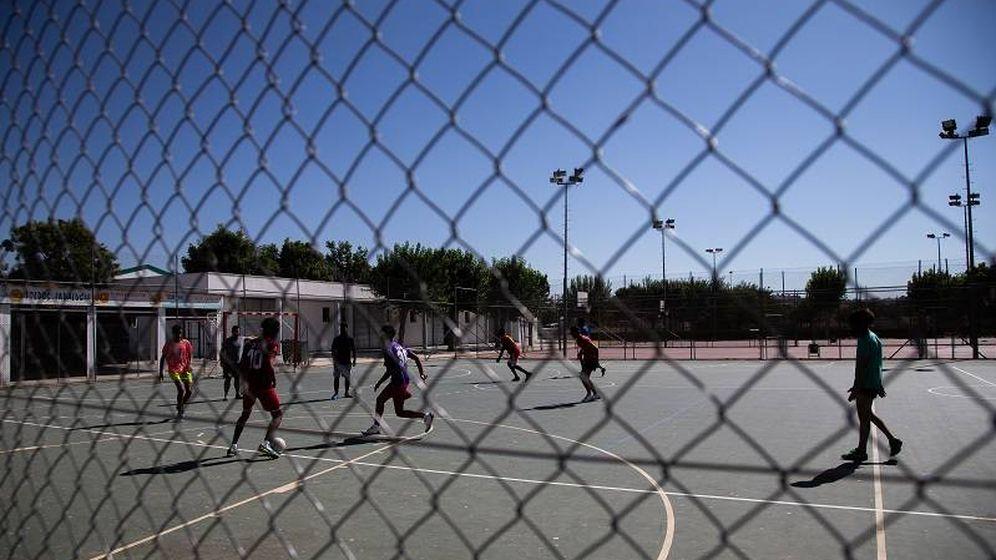 Foto: Los usuarios del centro MENA disfrutando de actividades deportivas al aire libre. (Foto: Fernando Ruso)