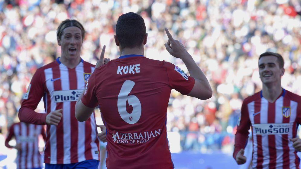 Foto: Fernando Torres corre a abrazar a Koke tras un gol. (EFE).
