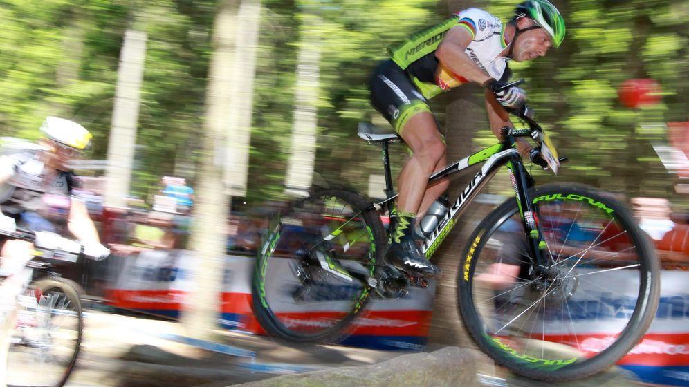Foto: José Antonio Hermida, durante una prueba de la Copa del Mundo de Mountain Bike. (EFE)