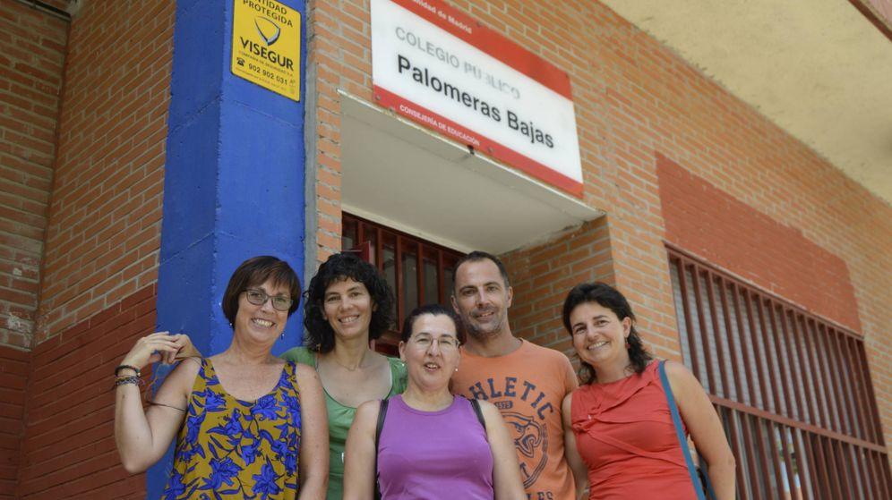 Foto: Profesores y padres del colegio Palomeras Bajas. (Foto: M. Z.)