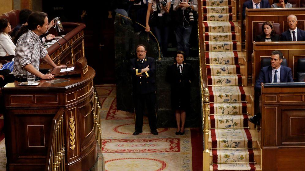 Foto: El candidato socialista, Pedro Sánchez (dcha.), escucha al líder de Unidas Podemos, Pablo Iglesias en el Congreso. (EFE)