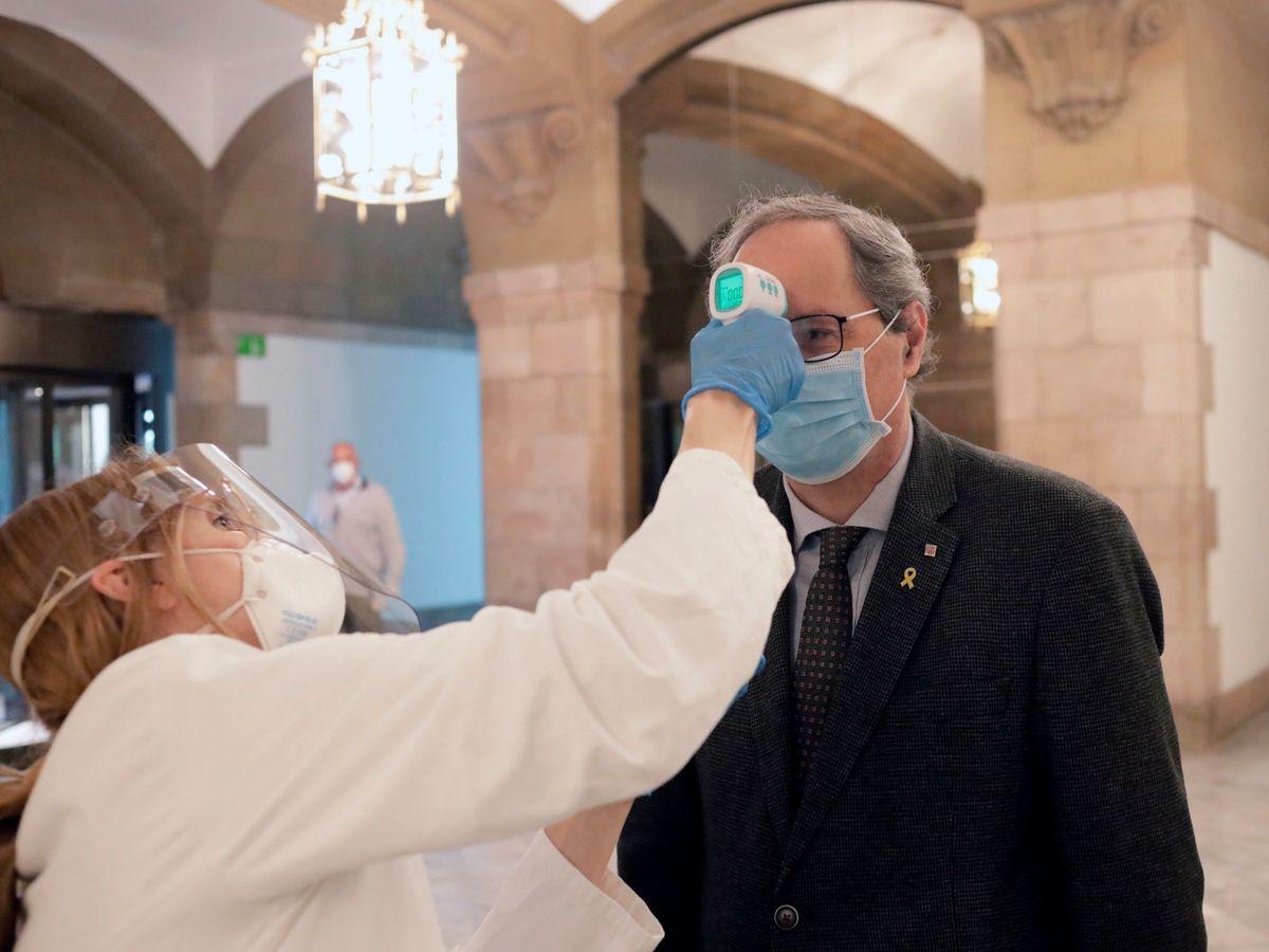 Foto: Un miembro de los servicios médicos toma la temperatura al presidente de la Generalitat, Quim Torra. (EFE)