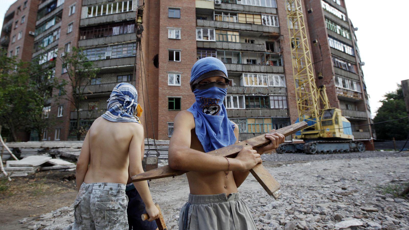 Foto: Dos niños juegan a la guerra entre soldados ucranianos y separatistas prorrusos en la ciudad de Kramatorsk, Este de Ucrania (Reuters).