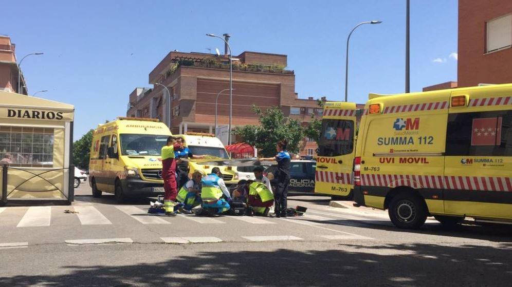 Foto: Los servicios sanitarios, atendiendo al anciano en el suelo. (FOTO: 112)