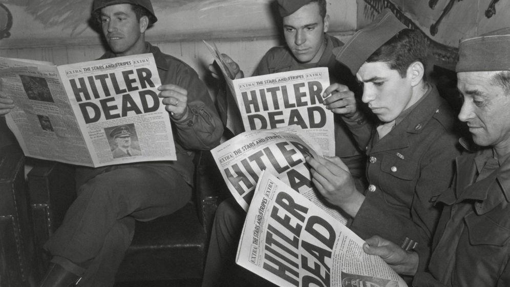Foto: Un grupo de soldados norteamericanos leen la noticia de la muerte de Hitler. (Cordon Press)