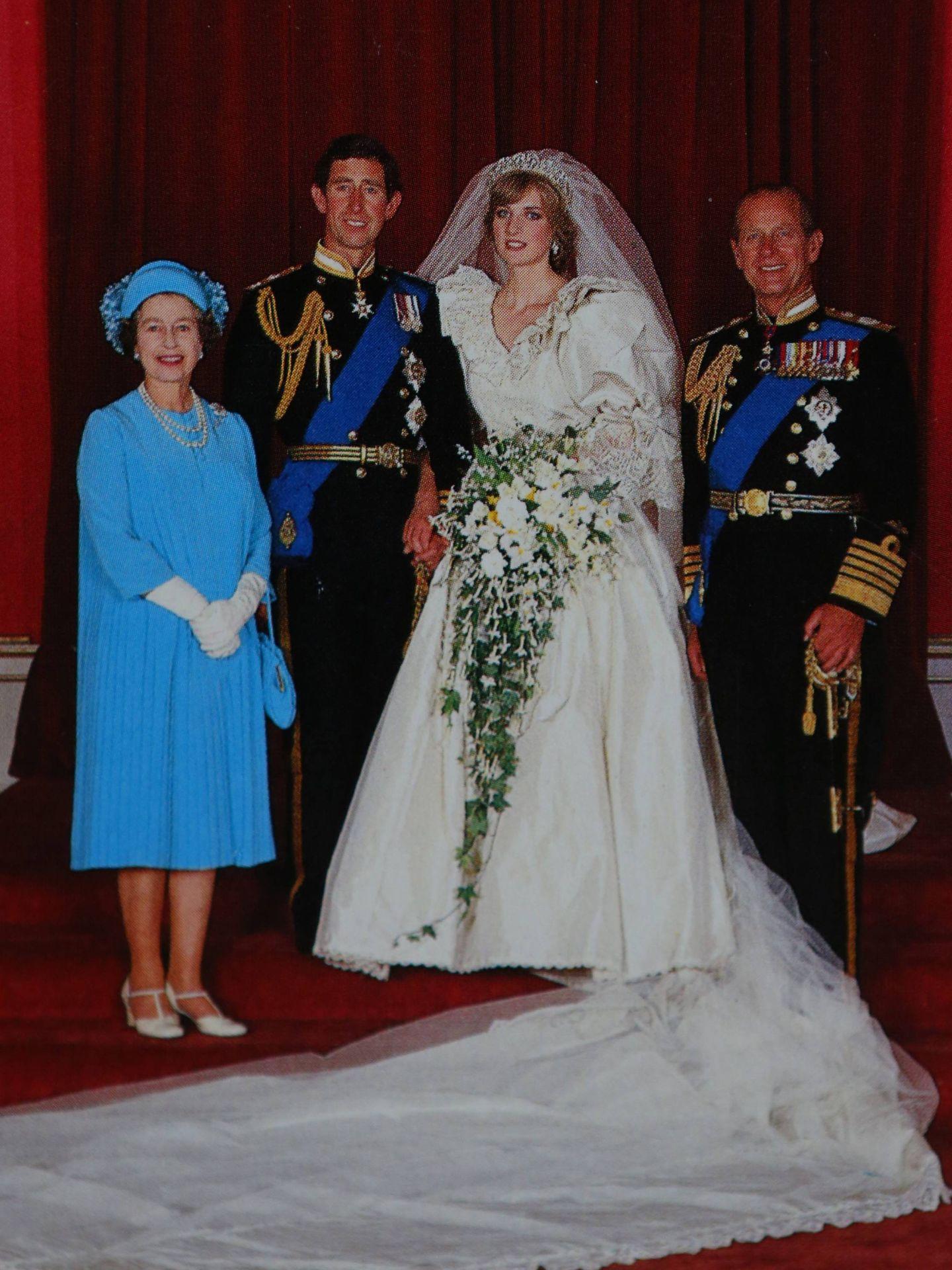 Carlos y Diana, junto a la reina Isabel y el duque de Edimburgo. (Cordon Press)