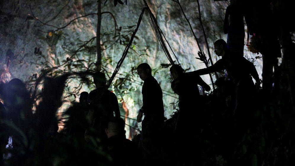 Foto: Personal militar frente a la cueva Tham Luang donde están atrapados los doce niños y su entrenador en Tailandia. (Reuters)