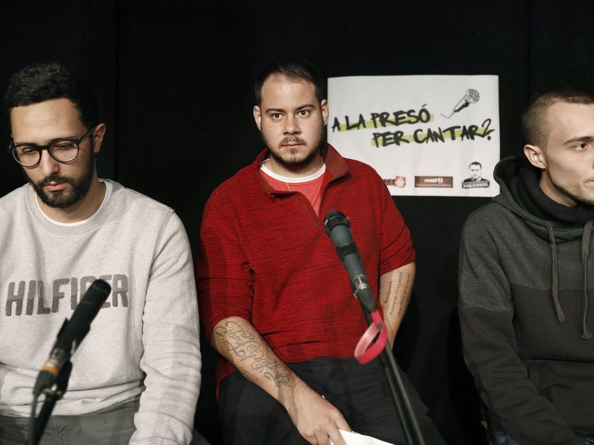 Foto: Los raperos Valtonyc (i), Pablo Hásel (c) y Elgio (d). (EFE)