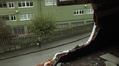 Una mujer atraviesa la pared de un edificio con su coche