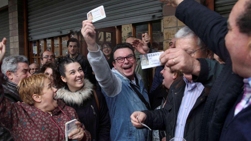 Foto: Un grupo de afortunados en la Lotería del Niño celebra su premio. (EFE)