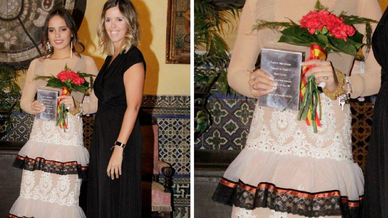 Gloria Camila con el premio, antes de ser robado. (Gtres)
