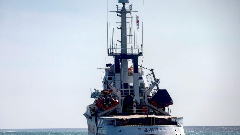 Foto: El buque del Open Arms zarpando desde el puerto de Barcelona hacia islas griegas. (EFE)