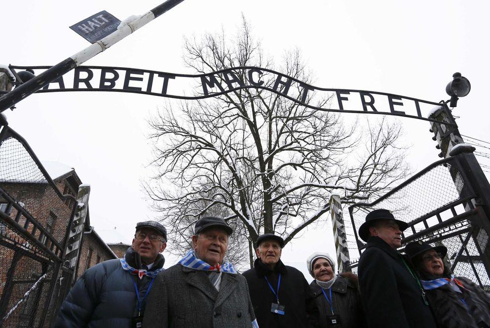 Foto: Supervivientes del Holocausto en la puerta del campo de concentración de Auschwitz, en Oswiecim (Reuters)