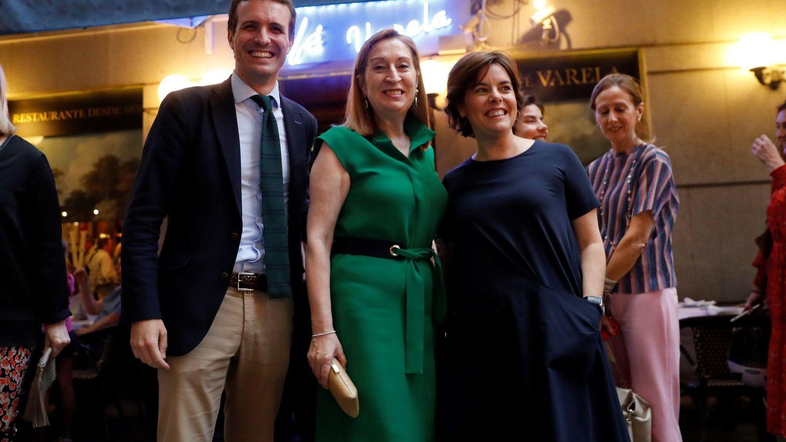 Foto: La presidenta del congreso Ana Pastor (c) junto a los candidatos a la Presidencia del PP Pablo Casado y Soraya Sáenz de Santamaría. (EFE)
