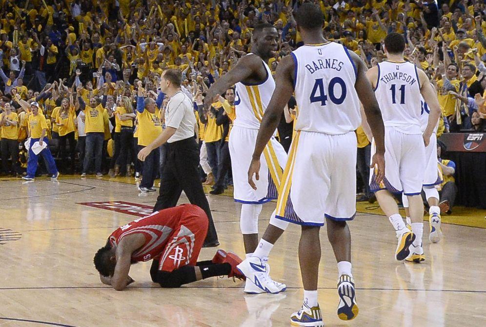 Foto: James Harden se lamenta en el suelo tras no anotar en la última acción del partido.