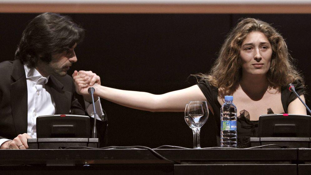 Foto: Javier Conde besa la mano de su mujer, Estrella Morente. (EFE)