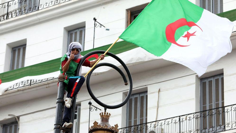 Foto: Argelinos salen a las calles para pedir la caída del antiguo régimen. (EFE)