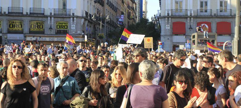 Foto: Varios miles de personas han vuelto a concentrarse en la Puerta del Sol de Madrid, convocadas por el 15M, en el segundo aniversario del movimiento. (EFE)