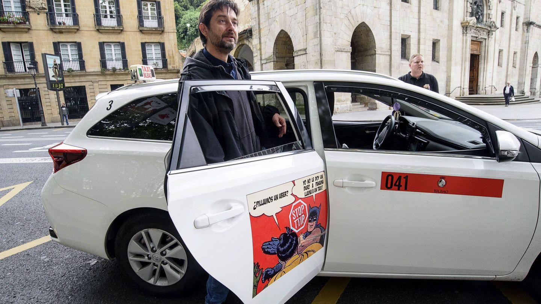 El diputado de Unidos Podemos Rafael Mayoral en una imagen de archivo apoyando al taxi. (EFE)