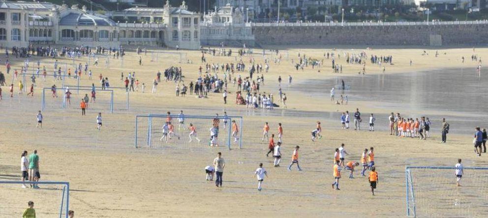 Foto: La Concha: del yate de Franco a la comuna del fútbol playero impuesta por Bildu