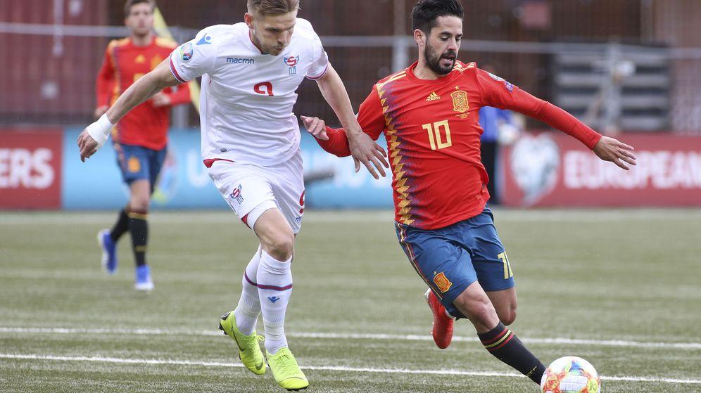 Foto: Isco controla el balón en el partido de España contra las Islas Feroe. (Efe)