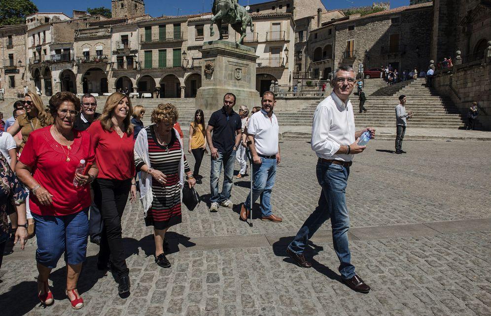 Foto: Susana Díaz, paseando por Trujillo, en Cáceres, con varios simpatizantes socialistas, este 20 de mayo. (EFE)