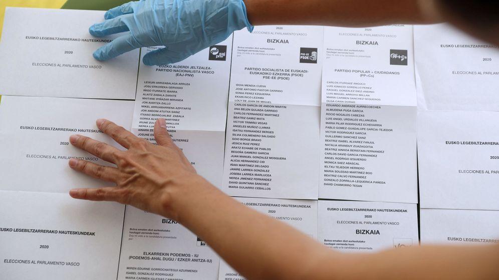Foto: Sobres y papeletas para depositar el voto al Parlamento Vasco, de cara al próximo domingo 12 de julio. (EFE)