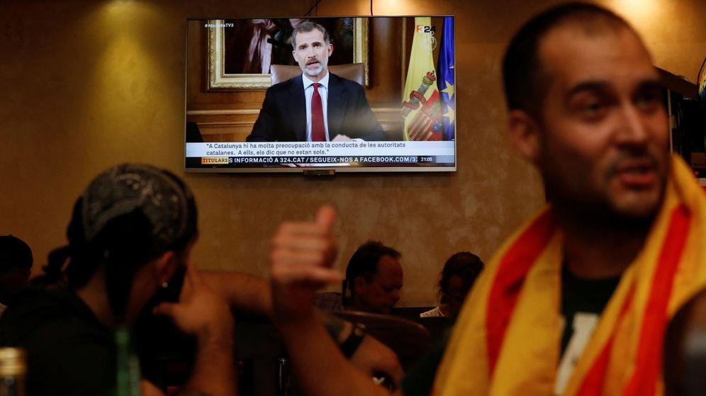Foto: Algunas personas, durante la emisión del discurso de Felipe VI el pasado 3 de octubre. (Reuters)
