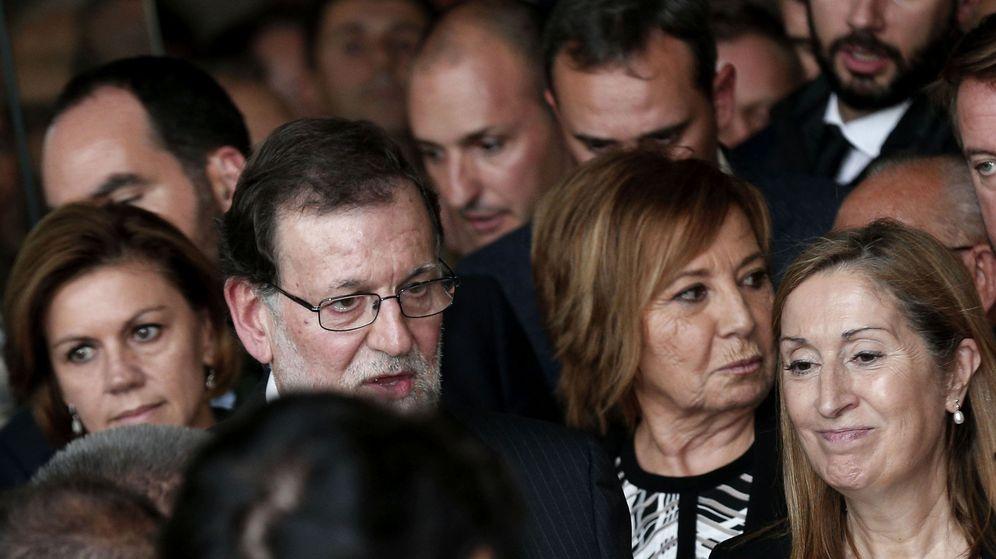 Foto: Cospedal, Rajoy, Villalobos y Ana Pastor se amontonan junto a los asistentes al funeral de Rita Barberá. (EFE)