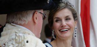 Post de Pendientes, tiara, vestidazo y una gran sonrisa: Letizia lo da todo en la City