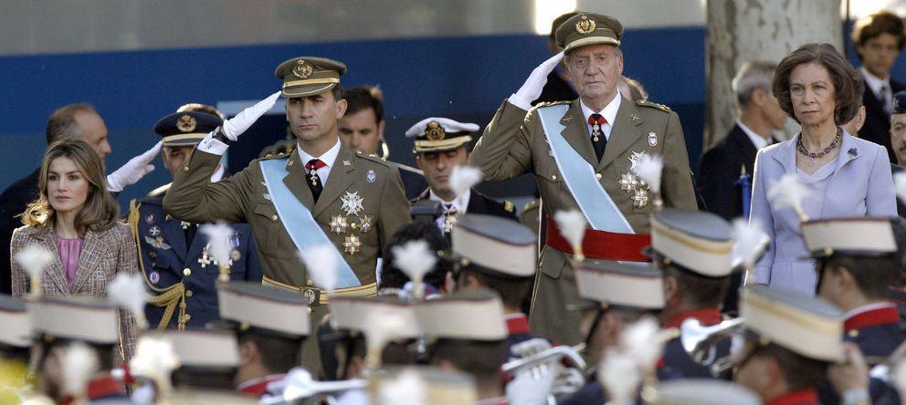 Foto: Felipe VI y el rey Juan Carlos, durante el desfile militar de 2011. (EFE)