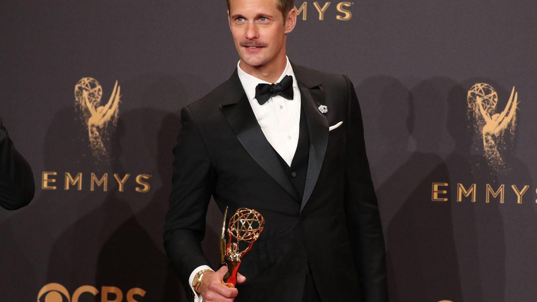 Alexander Skarsgard posa con su Emmy por su papel en 'Big Little Lies' (Reuters)