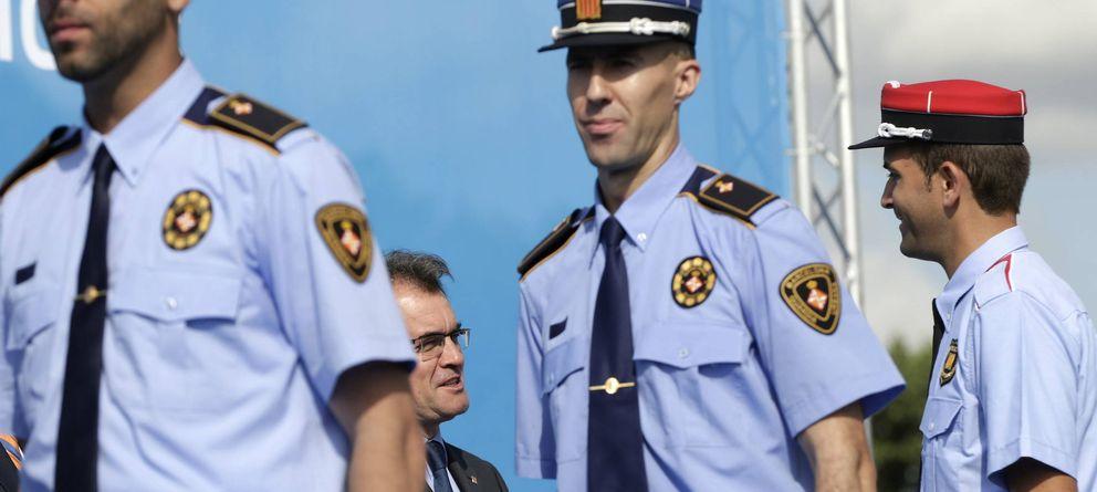 Foto: Artur Mas, en un acto de entrega de diplomas a varios 'mossos'. (EFE)