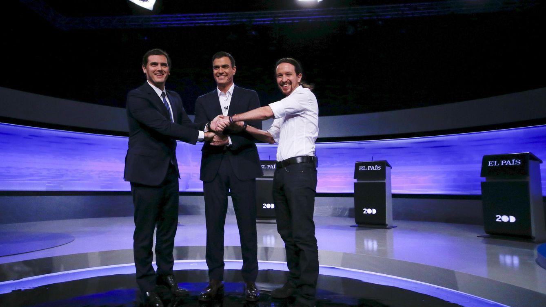 Foto: Albert Rivera, Pedro Sánchez y Pablo Iglesias antes del comienzo del debate en 'El País', este 30 de noviembre. (Reuters)