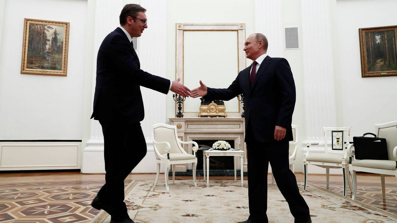Vladimir Putin saluda al presidente serbio Alexander Vucic durante un encuentro en Moscú. (Reuters)