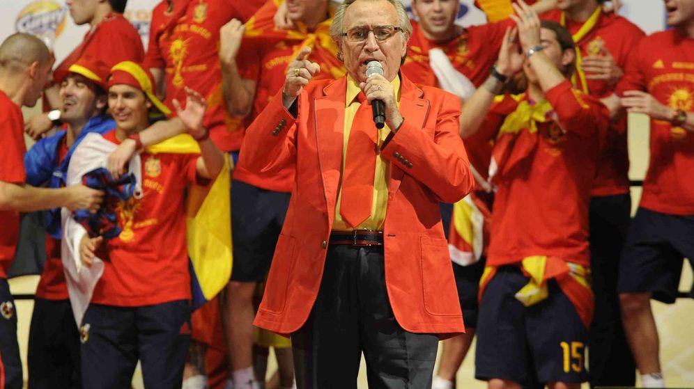 Foto: Manolo Escobar canta 'Que viva España' en la celebración en Madrid del triunfo de la selección española en el Mundial de Sudáfrica 2010