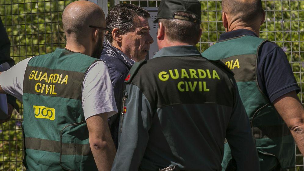 Foto: El expresidente de la Comunidad de Madrid Ignacio González es trasladado desde la Comandancia General de la Guardia Civil en Tres Cantos. (EFE)